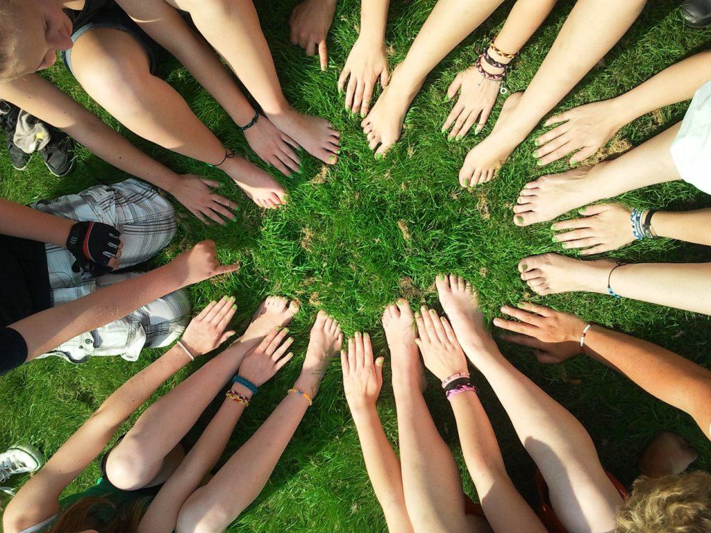 mains et pied sur pelouse