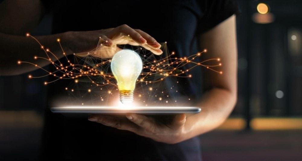 ampoule allumée sur tablette